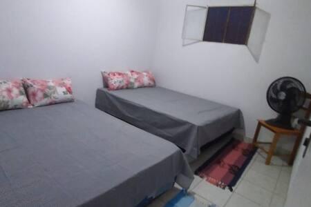 Apartamento mobiliado amplo e bem localizado.