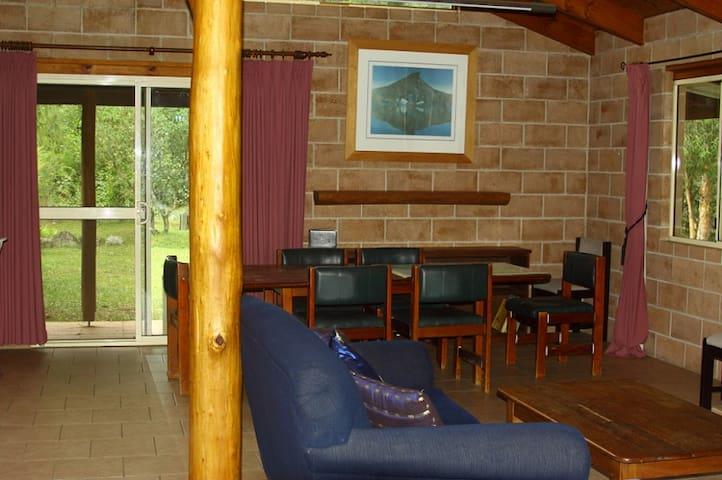 Carisbrook Lodge - Lounge and Dining area