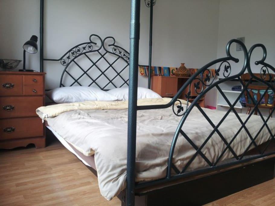 Chambre située au rez-de-chaussée avec son grand lit baldaquin