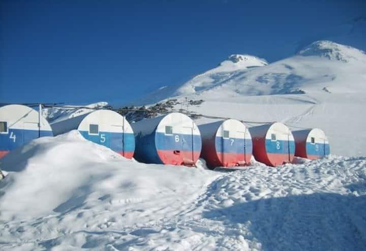 """Новый год на """"Бочках"""" высота 3750 метров, Эльбрус"""