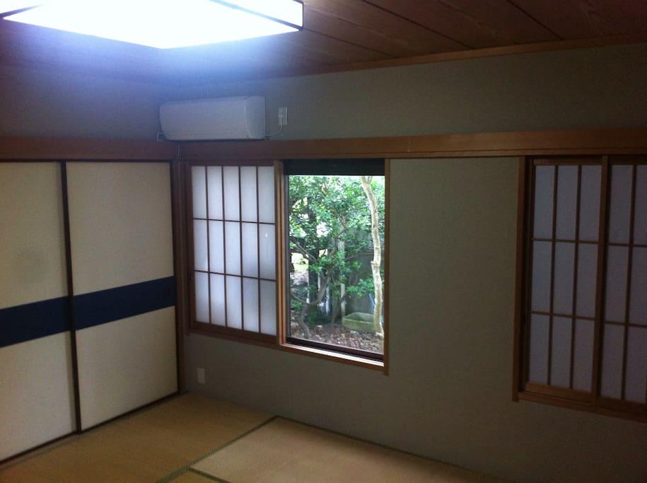 六畳の和室 四人まで泊まれます。Japanese style room. Can fit up to 4 people.