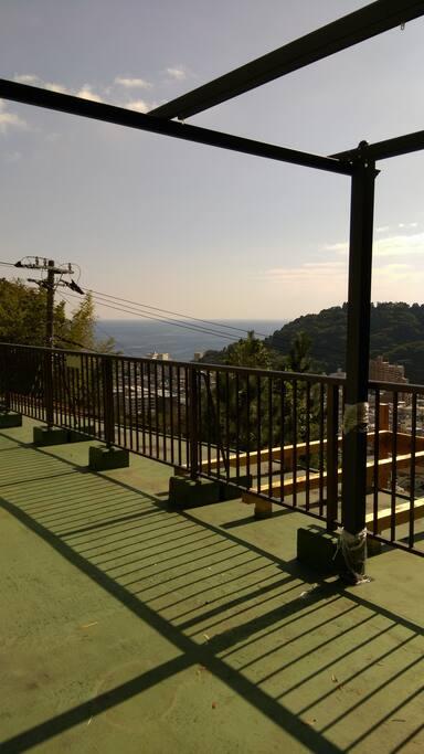 3階テラスから相模湾の眺めです。湯河原の街並も一望できる絶景です。