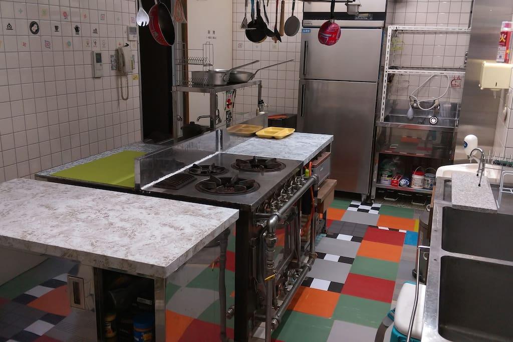 1階キッチン、本格的プロ仕様なので料理好きにおすすめ。
