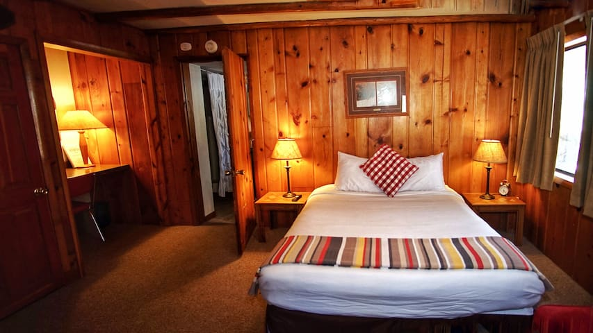Foot of the Mountain Motel - Hideaway Suite