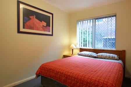 BELLEVUE holidayworkstay.  Sleeps 6 - North Parramatta - Apartemen