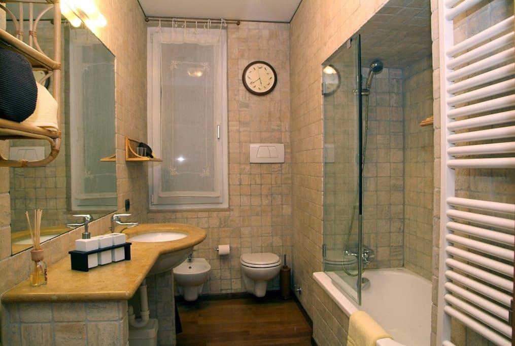 ampio bagno privato  con finestra e vasca da bagno/doccia