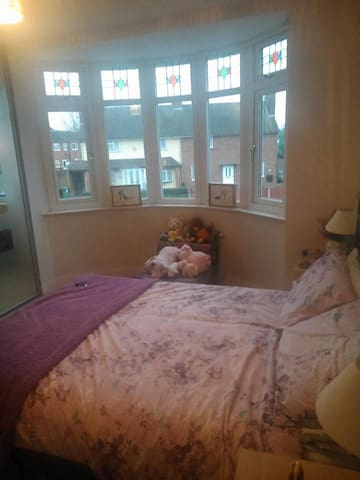 Bright sunny bedroom available - Shelfield, Walsall