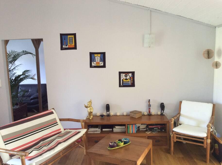 salon et accès au coin TV et chambres
