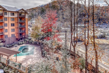Luxury downtown w/ jetted tub, fireplace & shared hot tub/pool/gym!