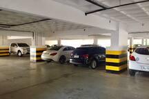 Garagem coberta com uma vaga marcada disponível.