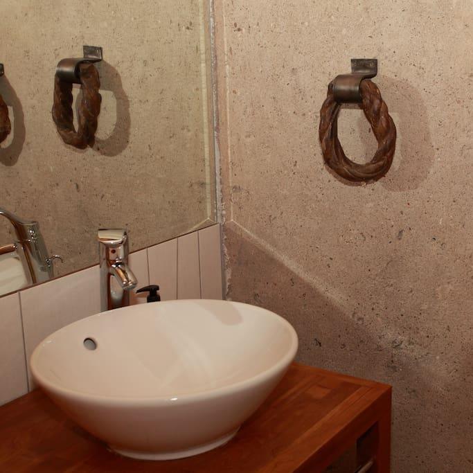 Salle de bain avec baignoire et wc indépendant.