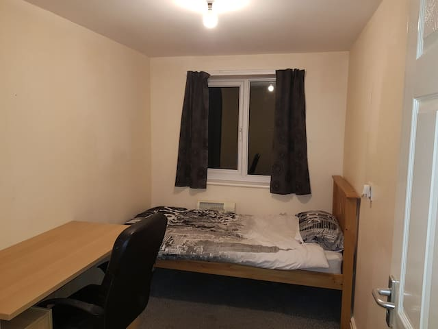 Single bed, quiet area & 5 mins from train station