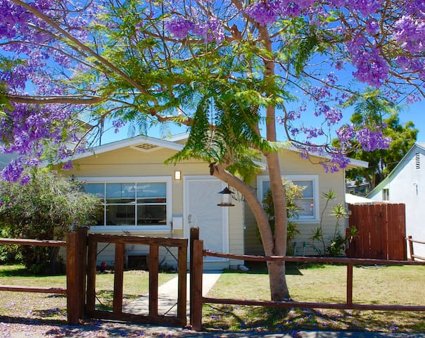 A large private home 6 blocks from beach, fenced backyard for dogs - Full AC!