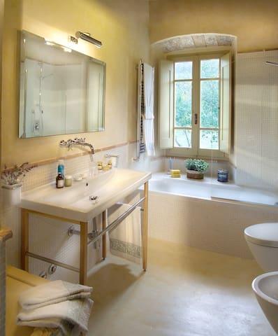 bagno con resine naturali e prodotti all'olio d'oliva