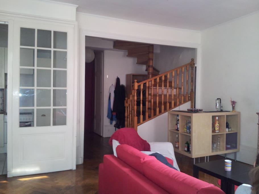 un duplex plein de cachet Le canapé est convertible en lit 2 places