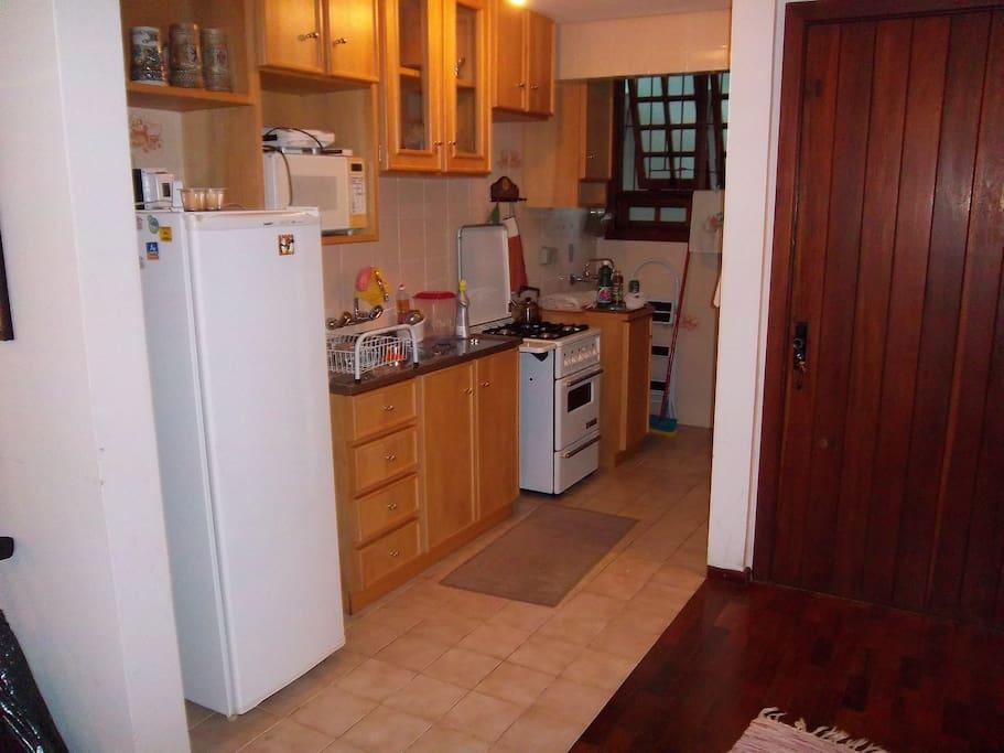 Cozinha americana completa integrada aos dois ambientes do térreo