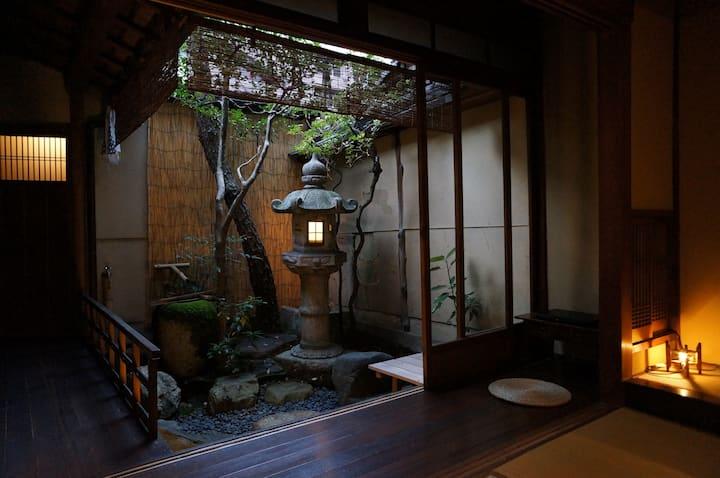 Female(女性用)dormitory B 京町家ゲストハウス糸屋。坪庭に面した共用リビング。