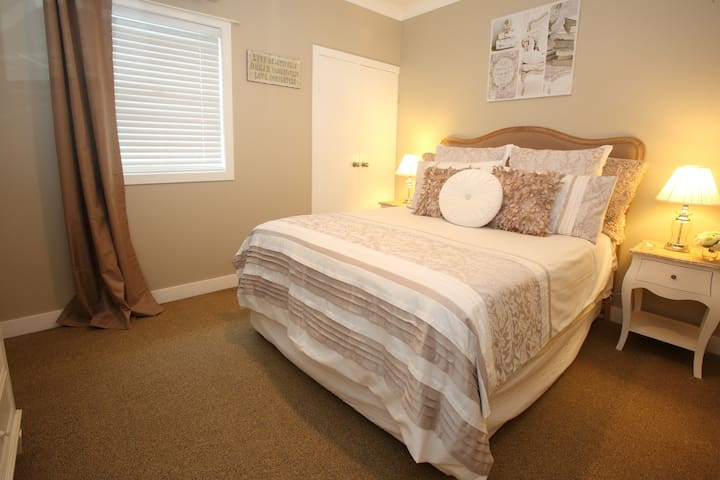 Boutique Cottage @ the Beach - Marcoola - Bed & Breakfast