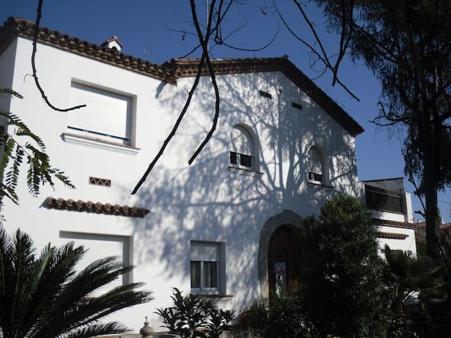 Casa peiral con jardin muy tranquia