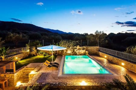 Lovely 3-bedroom Villa with Pool - Sisi - 別荘