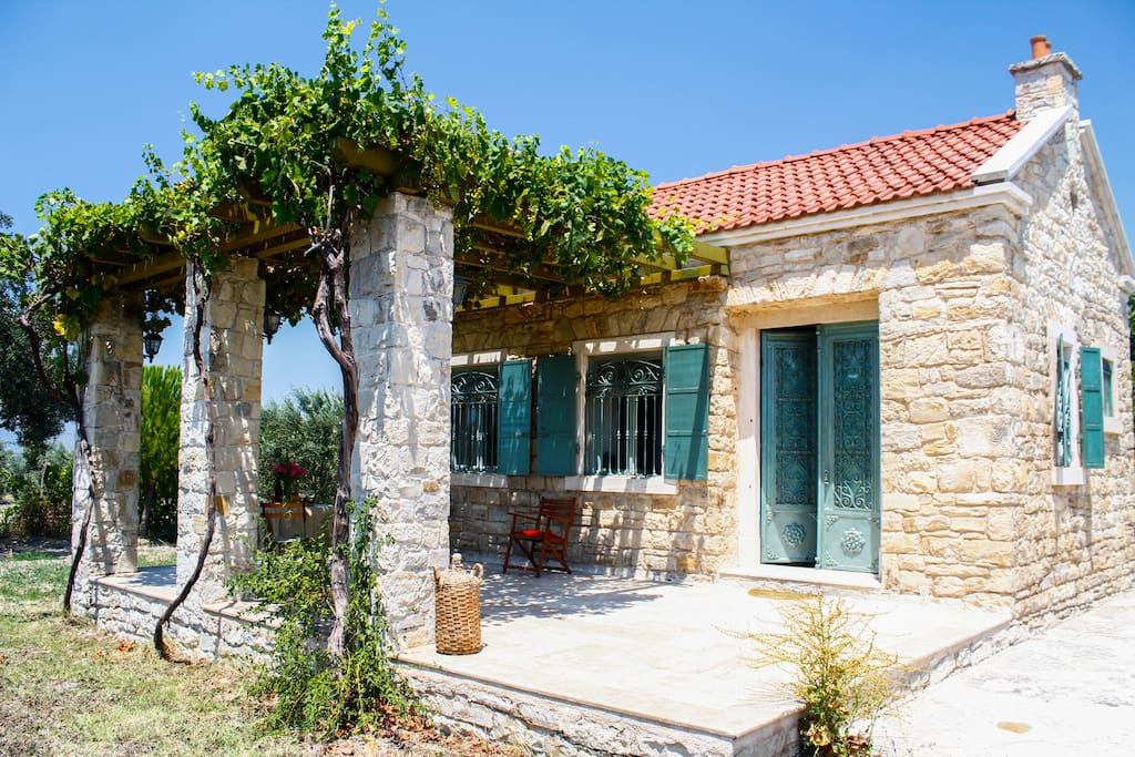 Cozy country cottage in urla houses for rent in urla for Tiny haus schweiz