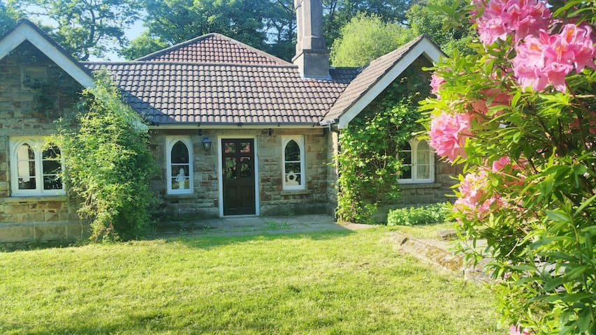 The Keeper's Cottage - Secluded former gamekeeper's 4 bedroom woodland cottage. Dogs welcome.