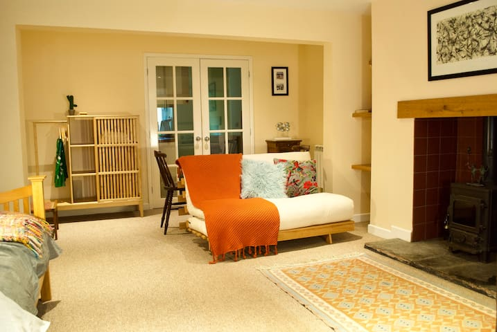 Comfortable  studio flat in Georgian town house.