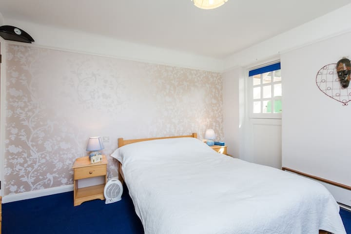 Bed + bedside table, lamps, sound bar