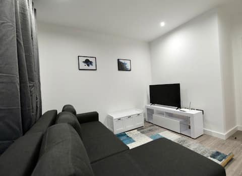 Stylish, modern apartment/flat with free parking near station and town centre.