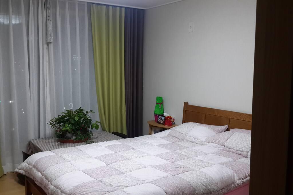 게스트룸 입니다. 침대와 티테이블이 있습니다.