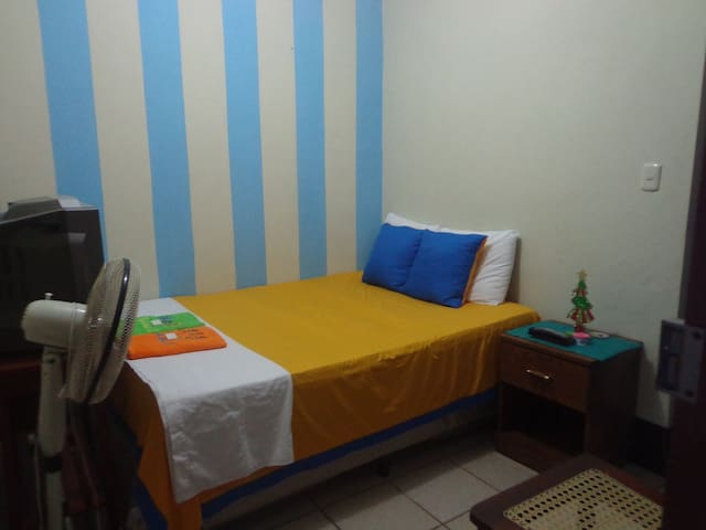 simple room, - León - Bed & Breakfast