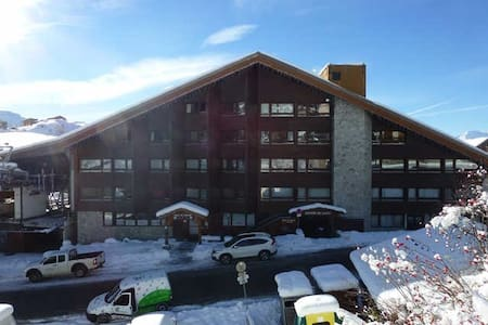 Studio for a family of 4 very well equipped - Located above the tourist office and at the foot of the Tele- center for the Rond Point ski runs , 5 minutes walk from the lifts to the slopes of the Shepherds . Ski back to the foot. New: The cleaning products are provided for the kitchen and bathroom. Warning: For school vacation in February 2016 -Booking only weekly from Saturday to Saturday . Do not hesitate to contact us for more information