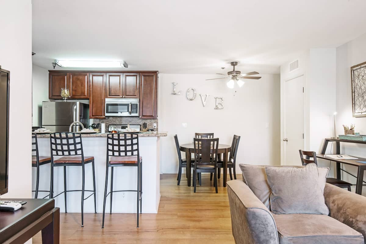 Bright and Comfortable Apartment in Westwood