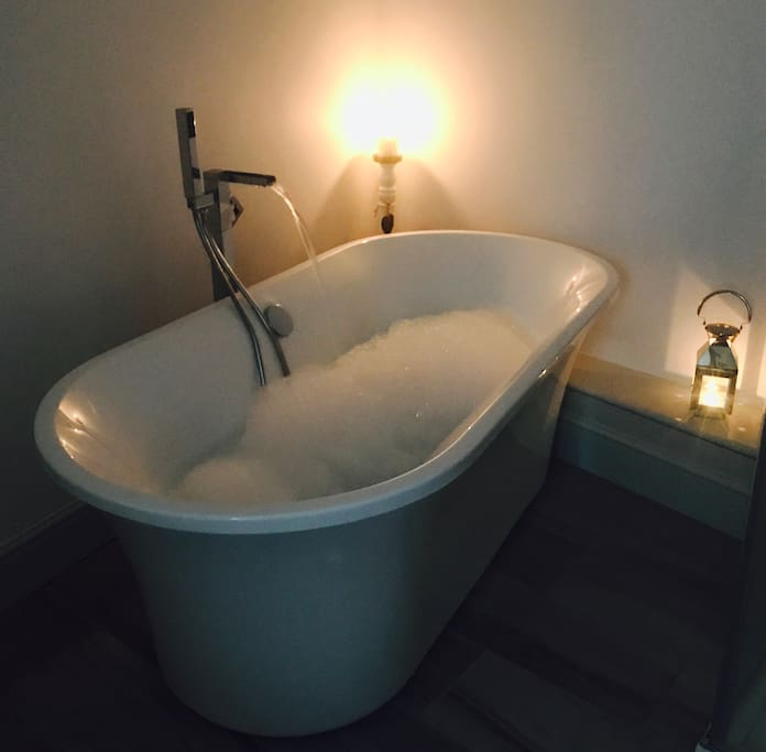 Candlelight bubble bath for two