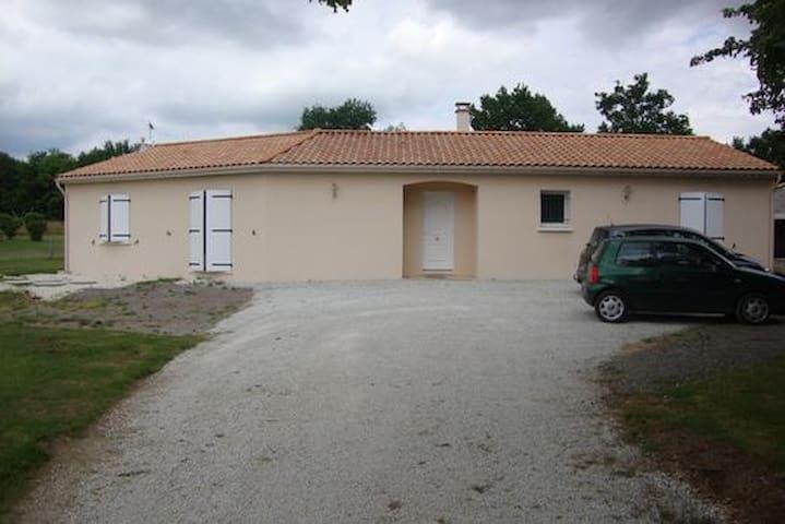 Chambre à la campagne - Lussac - บ้าน