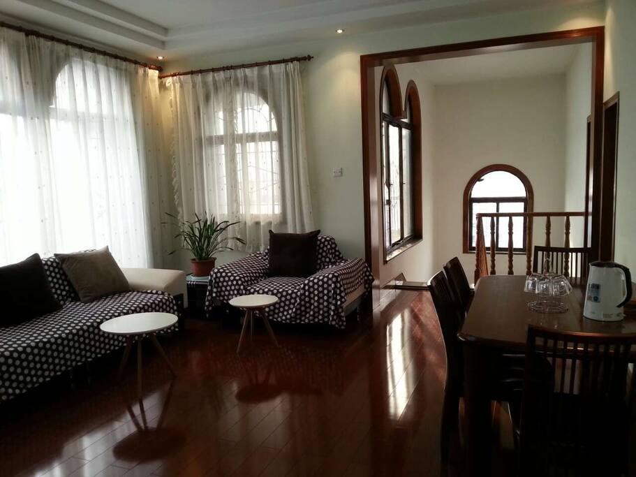 阳光透过落地窗撒进客厅