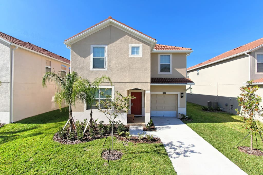 This spacious 6 bedroom resort home sits on a beautiful location in the popular Paradise Palms resort. It's a short walk to the clubhouse and a few minutes drive to the theme parks, attractions, restaurants and shops of Kissimmee.