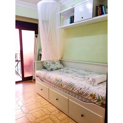 Sunny cozy room with balcony - Valencia - Wohnung