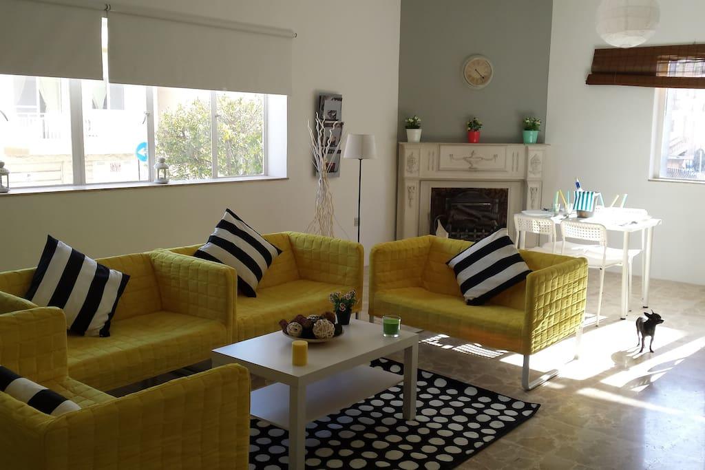 salon moderno y luminoso