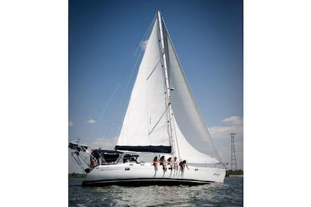 TWE is a 44 foot Beneteau Sailboat. - North Vancouver
