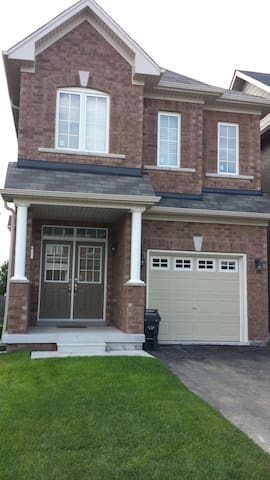4BR Home mins from Airport+2 Parking+ Internet!!!