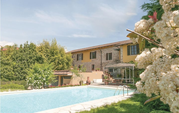 Stunning home in Licciana Nardi with WiFi, 4 Bedrooms and Outdoor swimming pool