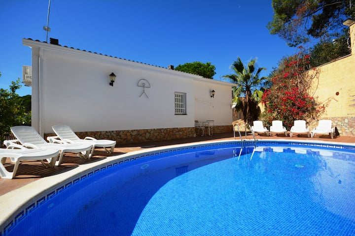 Villa Tulipa,10+p, airco, wifi, pool, beach 500 mt