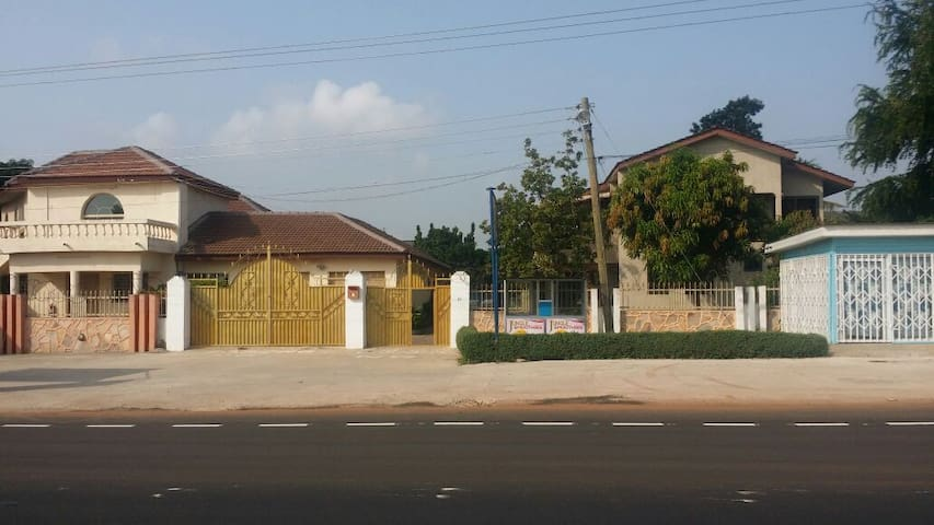 Private room in Beautiful mansion, East Legon - Accra - Hus