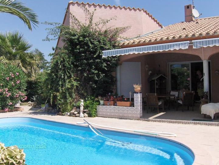 chambre privée dans jolie villa avec piscine+vélos