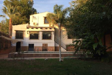 Chalet amplio con bonito jardín - Alcalá de Guadaíra - Chalet