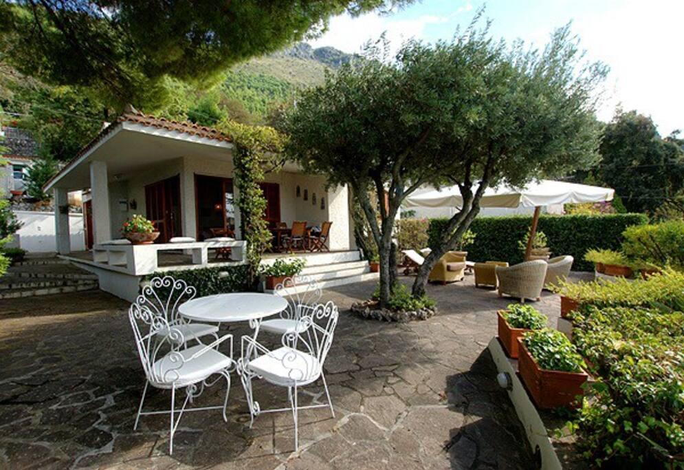 Terrazzo, portico e giardino fronte mare