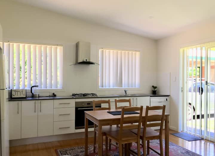Clean & comfy 2-BR Granny Flat close to Bus/Train