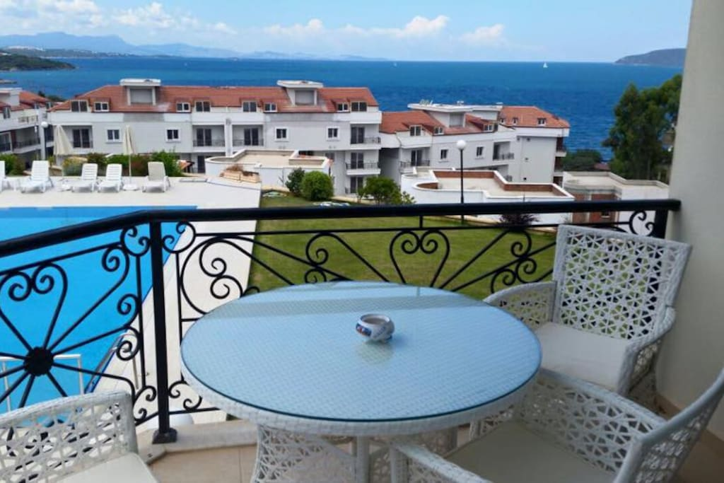 Balcony with round table 4 chairs