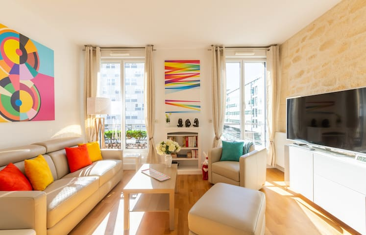 Bright and Colourful Apartment in the city centre (with Parking)